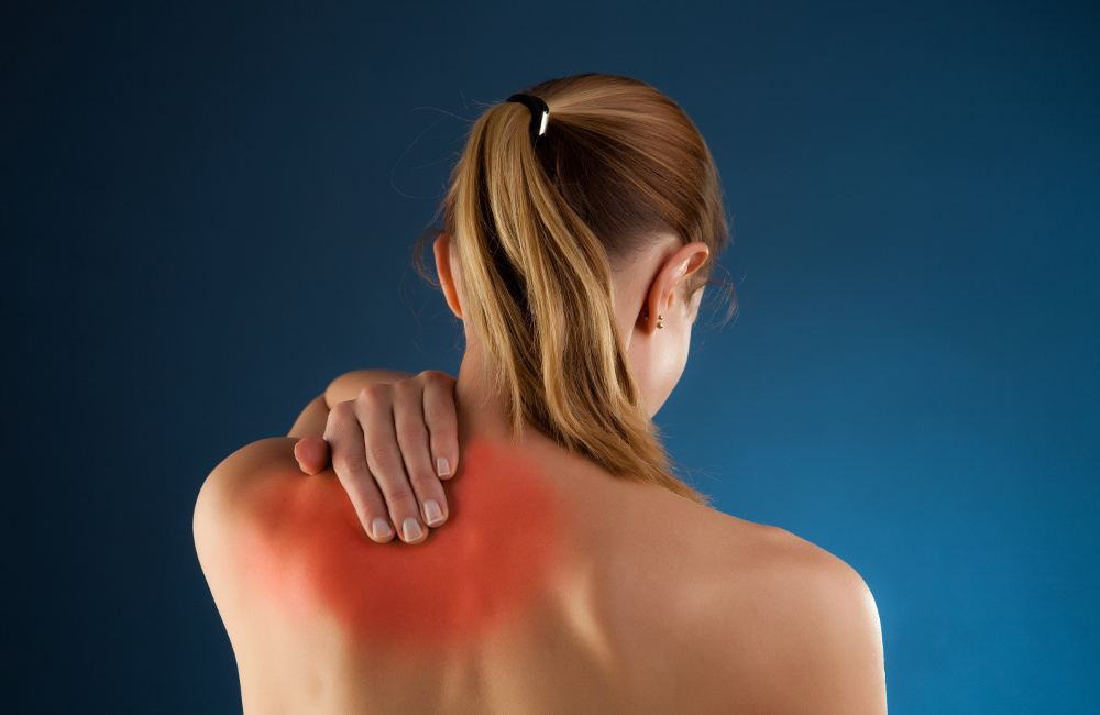 Иногда при переломах повреждаются нервы, что приводит к онемению конечности.